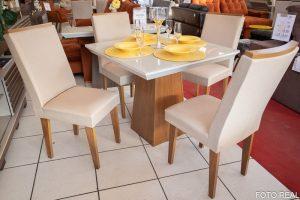 Mesa de Jantar Luna Imbuia Tampo MDF e Vidro Off 90×90 com 4 Cadeiras Lunara Bege 07 no Rio de Janeiro