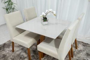 Mesa de Jantar Vitra Mel Tampo MDF e Vidro Off 90×90 com 4 Cadeiras Madeira Sued Bege 01 no Rio de Janeiro